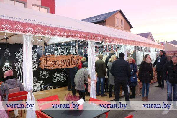 «Еда для вас». Выездное кафе с таким привлекательным названием организовали работники Вороновского филиала облпотребобщества на областном празднике аграриев у соседей