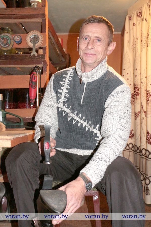 В центре Радуни по улице Комсомольской, 17 собственную мастерскую по ремонту обуви и изделий из кожи открыл индивидуальный предприниматель Владимир Николаевич Кугач