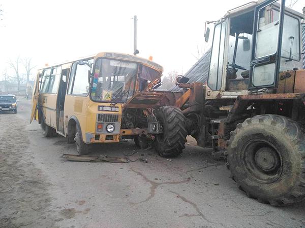 В Вороновском районе столкнулись школьный автобус и «Амкодор» (+видео)