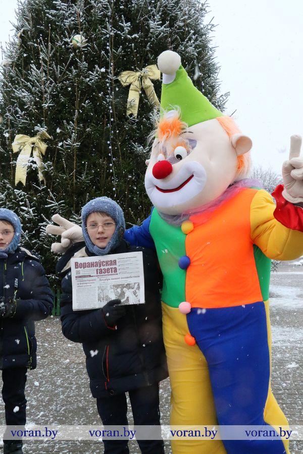 Селфи возле главной елки вместе с «Воранаўскай газетай» и сказочными героями из Дома культуры