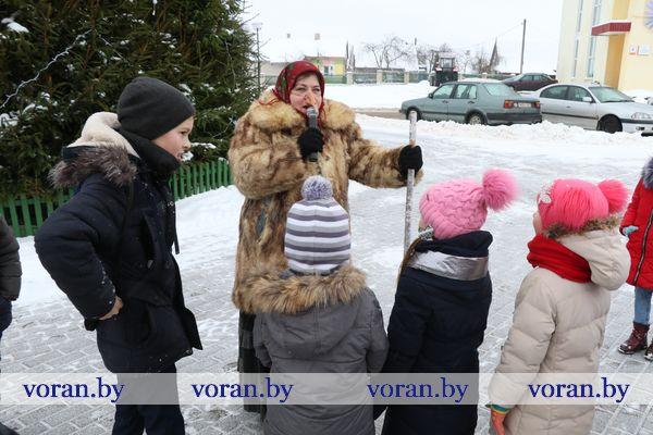 В Вороново дети повстречали Бабу-Ягу у главной елки, и тут началось… (Фото, Видео)
