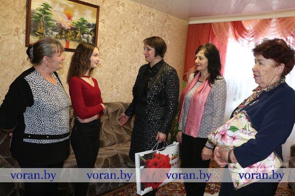 Новогоднее настроение подарили Диане Ипкаевой из Начи депутат райсовета и лидер ветеранской организации Вороновщины