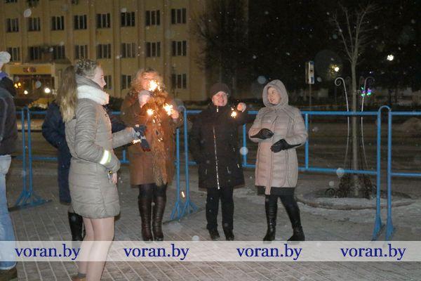 Место встречи изменить нельзя… Жители Вороново и гости поселка празднуют наступление Нового года у главной елки района (Фото)