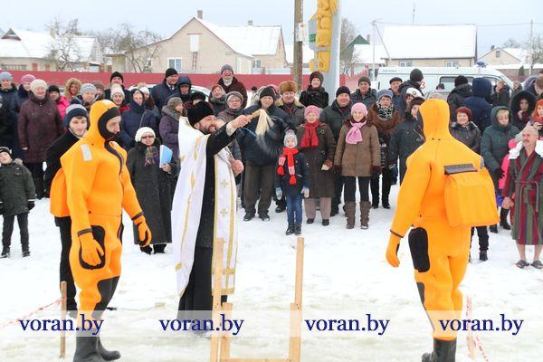 В Вороново по традиции центром притяжения желающих окунуться в крещенскую воду стал водоем в райцентре (Фото)