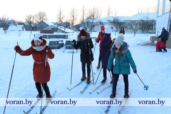 У погородненских школьников отличная готовность к зимнему спортивному сезону: новые клюшки, лыжная трасса и каток у школы, регулярные уроки на улице