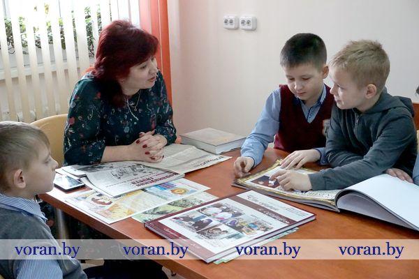 29 дипломов, дикторская разминка и «гигантская муха». Чем радунских школьников впечатлила экскурсия по редакции «Воранаўскай газеты»?