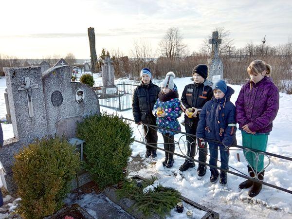 Начские школьники навели порядок на могиле воина-интернационалиста