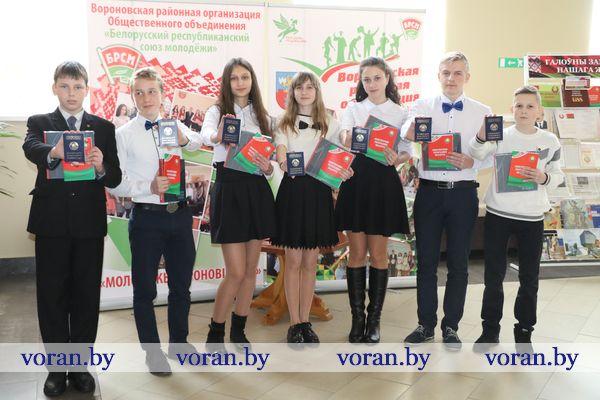 Торжественное вручение паспортов и посадка деревьев. В Вороново прошли мероприятия,  посвященные 25-й годовщине Конституции Республики Беларусь (Фото, +Видео)