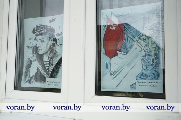 В окнах редакции «Воранаўскай газеты» появились детские рисунки на военную тематику. Таким образом журналисты напоминают своим землякам о приближении памятной даты