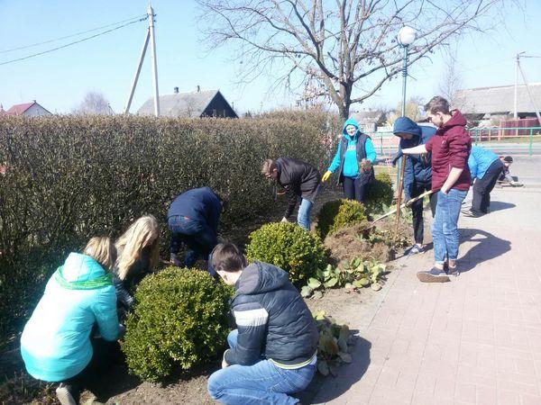 Более двухсот работников и учащихся Заболотского УПК вышли на субботник