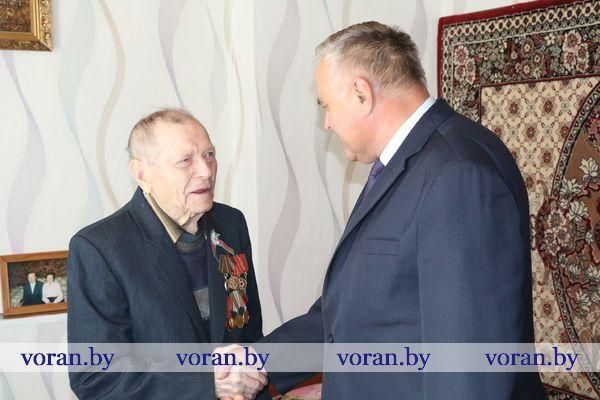 На Вороновщине ветеранов Великой Отечественной войны посетили на дому и поздравили с Днем Победы
