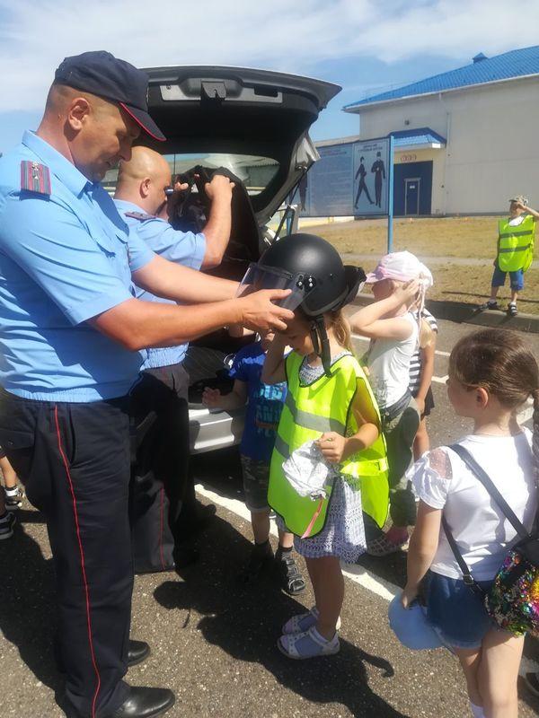 Более девяноста ребят из Вороновской школы и Вороновского центра творчества детей и молодежи побывали на экскурсии в отделе Департамента охраны