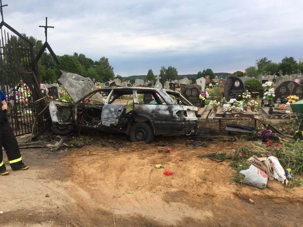 В Вороновском районе автомобиль врезался в ограду кладбища и загорелся