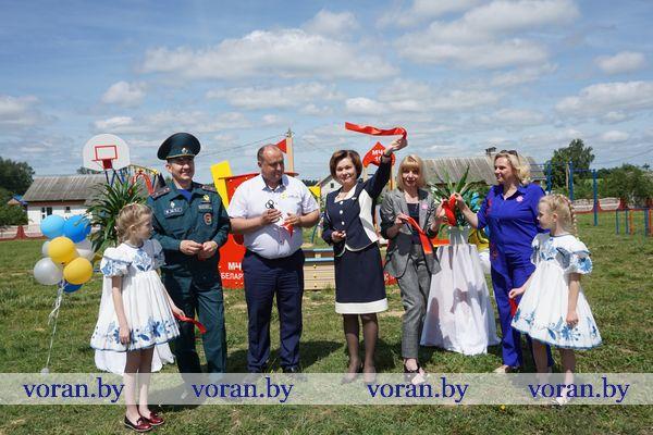 В стиле МЧС. В День защиты детей на Вороновщине открылась тематическая детская площадка