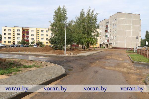 Парковки, освещение и детская площадка появятся во дворе многоэтажек по ул. Советской в Радуни. Здесь завершаются работы по благоустройству