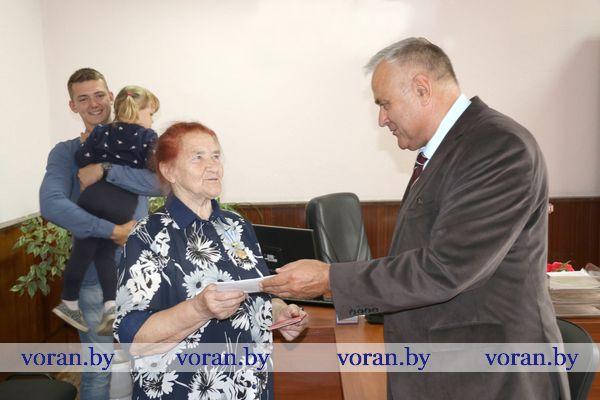 Председатель Вороновского райисполкома вручил ордена Матери двум жительницам района