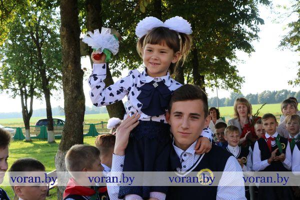 Новый учебный год стартовал для 2 786 мальчишек и девчонок Вороновщины, а для 261 из них он первый (Фото)