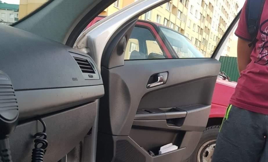 В Лиде ГАИ задержала 13-летнего водителя. Он взял автомобиль родителей и катал во дворе друзей