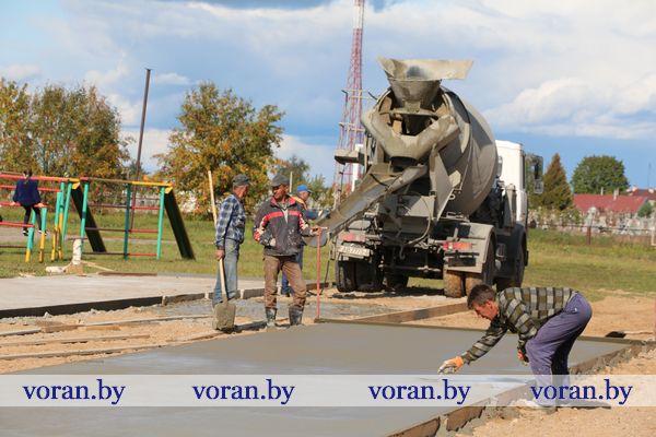 На стадионе Радунской средней школы строится универсальная спортивная травмобезопасная площадка с современным искусственным покрытием
