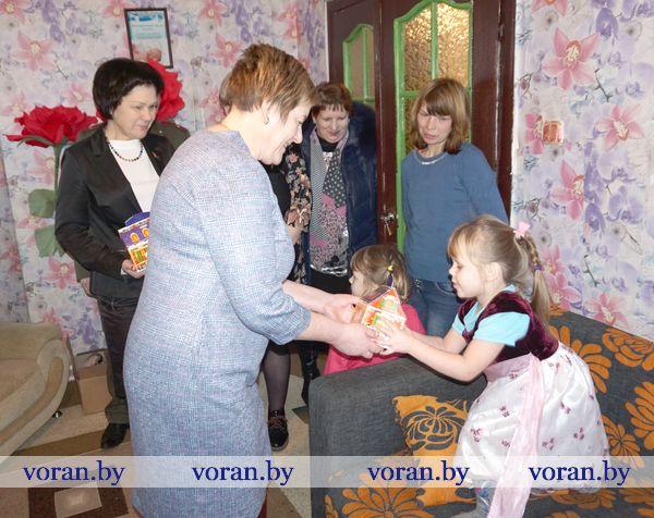 Акция «Депутаты — детям» продолжает благотворительный марафон на Вороновщине