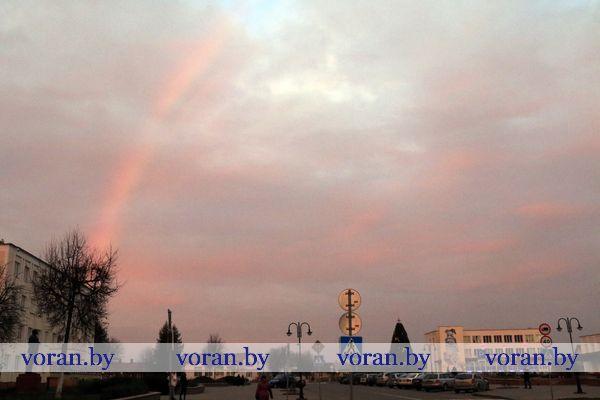 Закат в багровых тонах и радуга над Вороново