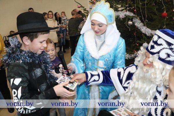 Сто пятнадцать мальчишек и девчонок Вороновщины кружились в хороводе на благотворительной районной елке