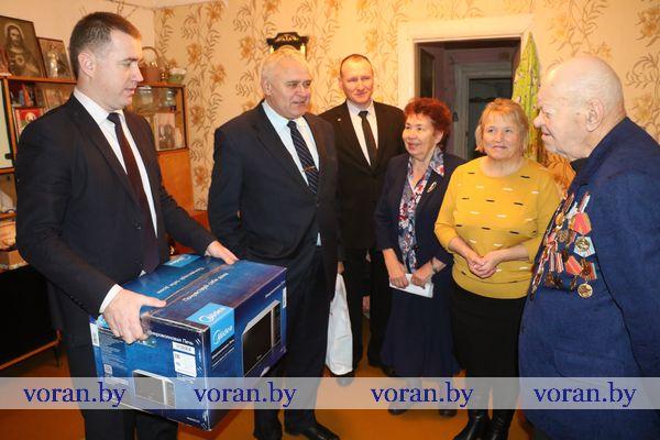 В рамках областной благотворительной акции «С Новым годом, ветеран!» поздравления принимал Степан Аксентьевич Жук из Вороново