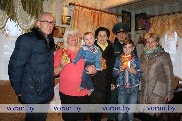 Акция «Наши дети» продолжается на Вороновщине. С новогодними поздравлениями в многодетные семьи пришли депутаты