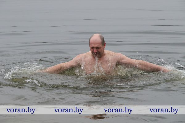 На Вороновщине желающие окунулись в крещенскую воду  на водоеме в райцентре (Фото)