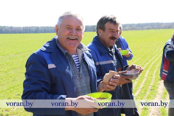 Хлеборобам Вороновщины обеды доставляют в поле