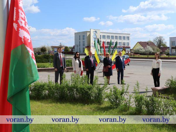 Символы, объединяющие нас. Вороновщина присоединилась к областной акции «Символ гордости и славы» — церемонии поднятия Государственного флага Республики Беларусь
