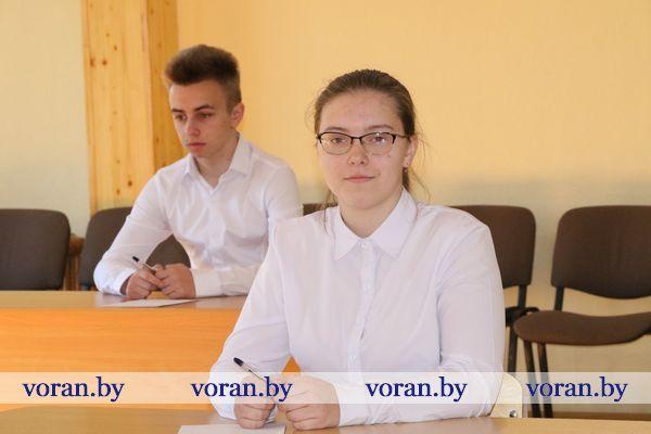 Tylos, vyksta egzaminas! Надпись на дверях призывает к тишине — в Пелясской средней школе с обучением на литовском языке начались экзамены (Дополнено)