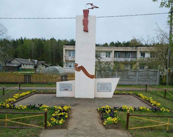 В цветочном обрамлении. К 75-летию Великой Победы пионеры Жирмунской школы высадили цветы у памятника