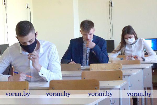 Дистанция, график прихода и масочный режим. Школьники Вороновщины сдают выпускные экзамены