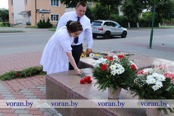 В честь Дня Независимости Республики Беларусь молодожены возложили цветы к памятнику в Вороново