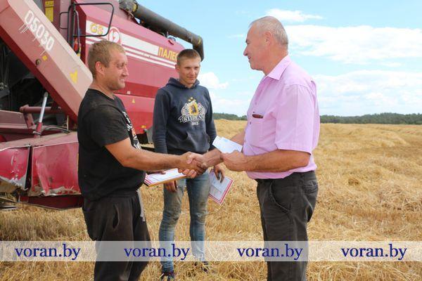 На Вороновщине чествовали первый молодежный экипаж, намолотивший тысячу тонн зерна