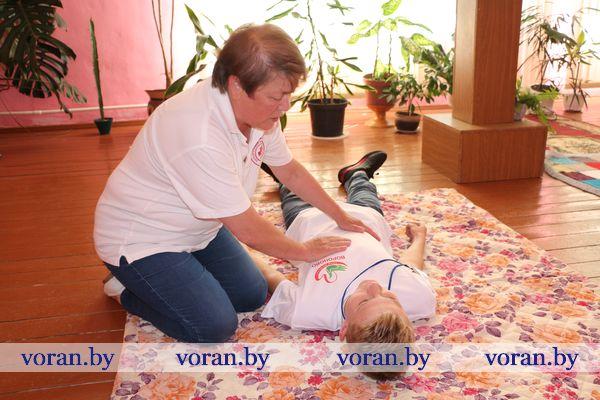 Помоги первым! В Вороновском ТЦСОН оказанию первой помощи обучали волонтеров.