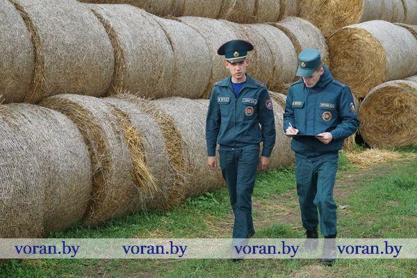 Наши рейды. Работники Вороновского РОЧС проверяют обеспечение пожарной безопасности в местах хранения соломы